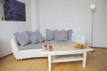 Wohnzimmer mt Couch und Tisch