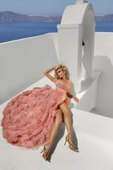 Fototapeta piekna kobieta w bajecznej różowej sukience obraz
