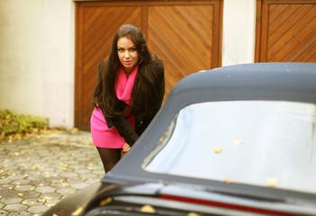 Junge Frau mit Cabrio