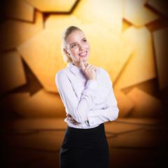 junge Geschäftsfrau vor Patchworkwand