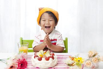 笑顔でバースデーソングを歌う子供