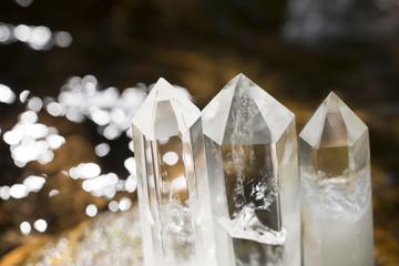 水辺の水晶の結晶