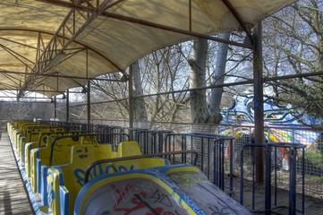 Alte Achterbahn in einem Freizeitpark