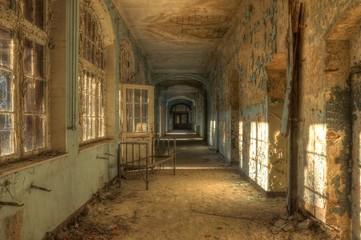 Keuken foto achterwand Oud Ziekenhuis Beelitz Abandoned hospital corridor with bed