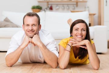 glückliches paar liegt zuhause auf dem fußboden