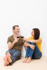 entspanntes paar genießt ein glas rotwein