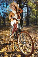 radosna kobieta na  jesiennej wycieczce rowerowej