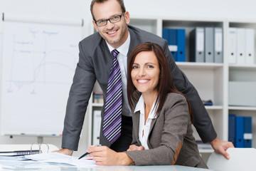 zwei kompetente mitarbeiter im büro