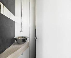 lavabo di acciaio in un bagno moderno