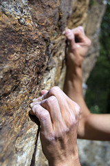 mani di free climber primo piano