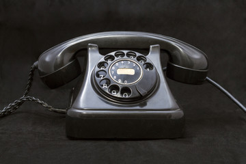 Viejo teléfono sobre fondo negro