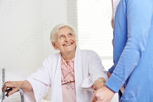krankenpflegerin hilft seniorin beim aufstehen stockfotos und lizenzfreie bilder auf fotolia. Black Bedroom Furniture Sets. Home Design Ideas
