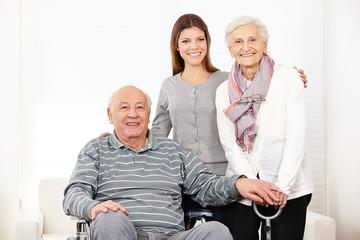 Wall Mural - Krankenpflegerin bei altem Senioren-Ehepaar