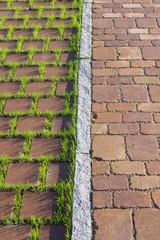 Neues Betonpflaster auf dem Parkstreifen und Gehweg