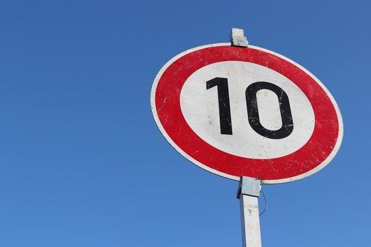 Deutsches Verkehrszeichen: Geschwindigkeitsbegrenzung 10 km/h