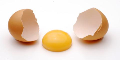 Abriendo un huevo.