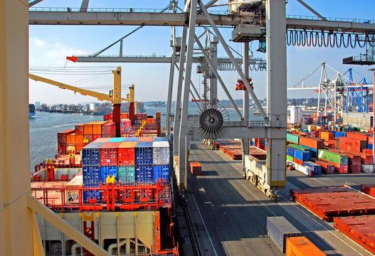 Container löschen im Hamburger Hafen.