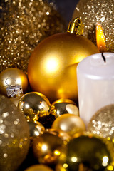 festliche goldene weihnachtsdekoration im kerzenlicht