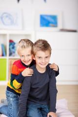 zwei brüder umarmen sich
