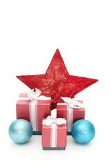Weihnachtsgeschenke mit Stern und Kugeln