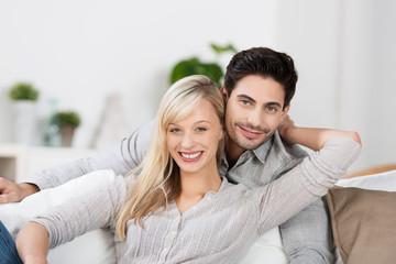 entspanntes junges paar zu hause