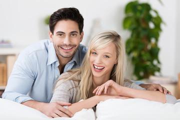 lachendes junges paar zu hause
