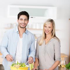 glückliches paar bereitet salat zu