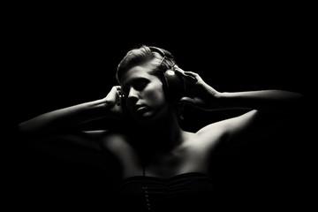 portrait einer jungen frau beim musik hören