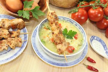 asiatische Hühnersuppe mit Tomaten