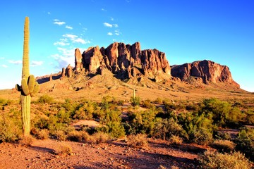 Fototapete - Superstition Mountains and the Arizona desert at dusk