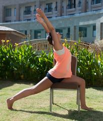 Инструктор по фитнесу проводит занятие на природе