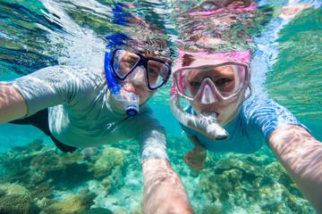 Fototapete - Couple snorkelling