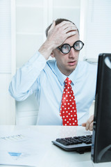 Manager gestresst im Büro hat einen Fehler gemacht