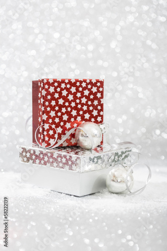 geschenkbox mit christbaumkugeln auf silbernem hintergrund stockfotos und lizenzfreie bilder. Black Bedroom Furniture Sets. Home Design Ideas