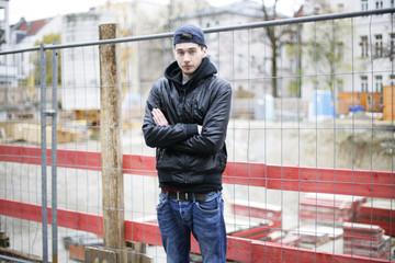 junger Mann an einer Baustelle