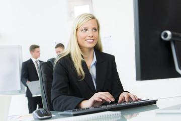 businessfrau arbeitet am computer