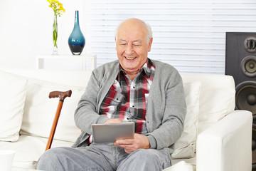Wall Mural - Senior mit Tablet PC zu Hause