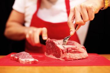rohes Fleisch wird geschnitten