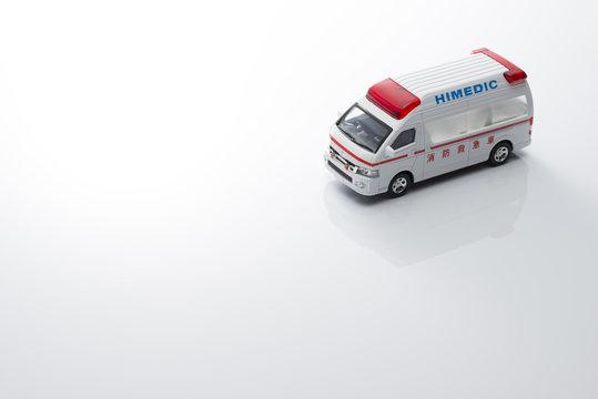 白背景に救急車のミニカー