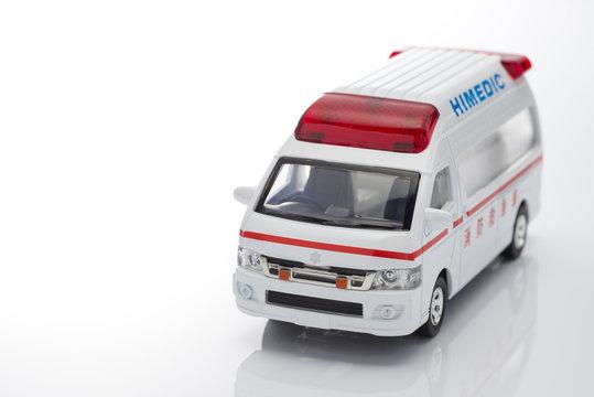 白背景に救急車のミニチュアカー
