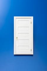 青色の背景に扉の模型