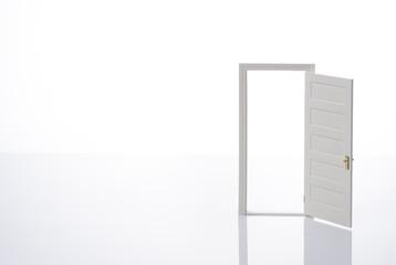 白背景に開いた扉