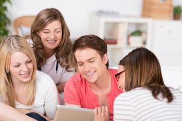 junge leute schauen auf tablet-pc