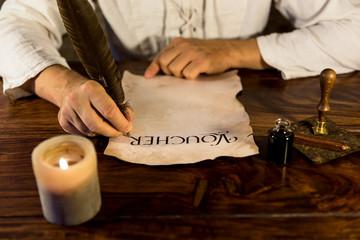 mann beschriftet pergament