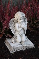 Herbstliches Grab mit Engel