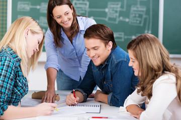schüler bei einer gruppenarbeit im unterricht