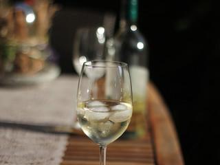 Weinglas auf dem Tisch