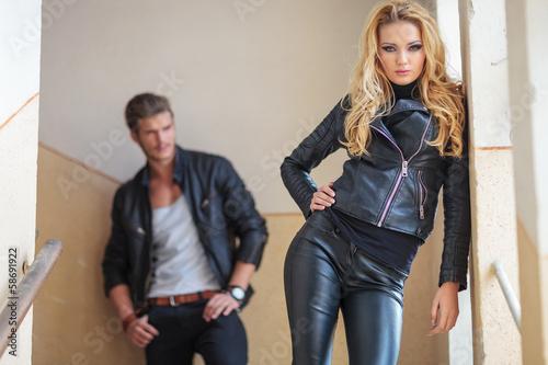 парень с девушкой в кожаной одежде фото