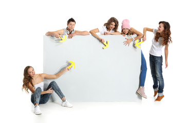 Obraz Zespół młodych studentów z pusta białą planszą - fototapety do salonu