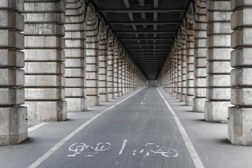 Piste cyclable sous le pont de Bercy